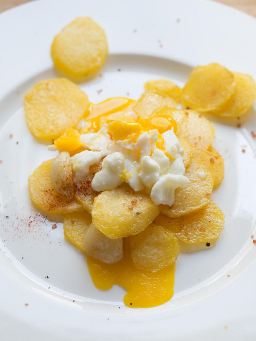 Huevos rotos, Spanish broken eggs, Spanish food, comida española, vegetarian food, mediterranean, foodies, chef, cook, home chef, madrid, rosa veloso